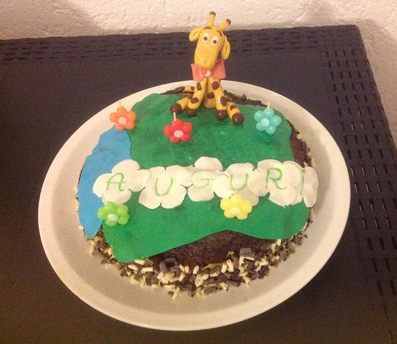 Torta al cacao con crema allo yogurt e giraffa cake design
