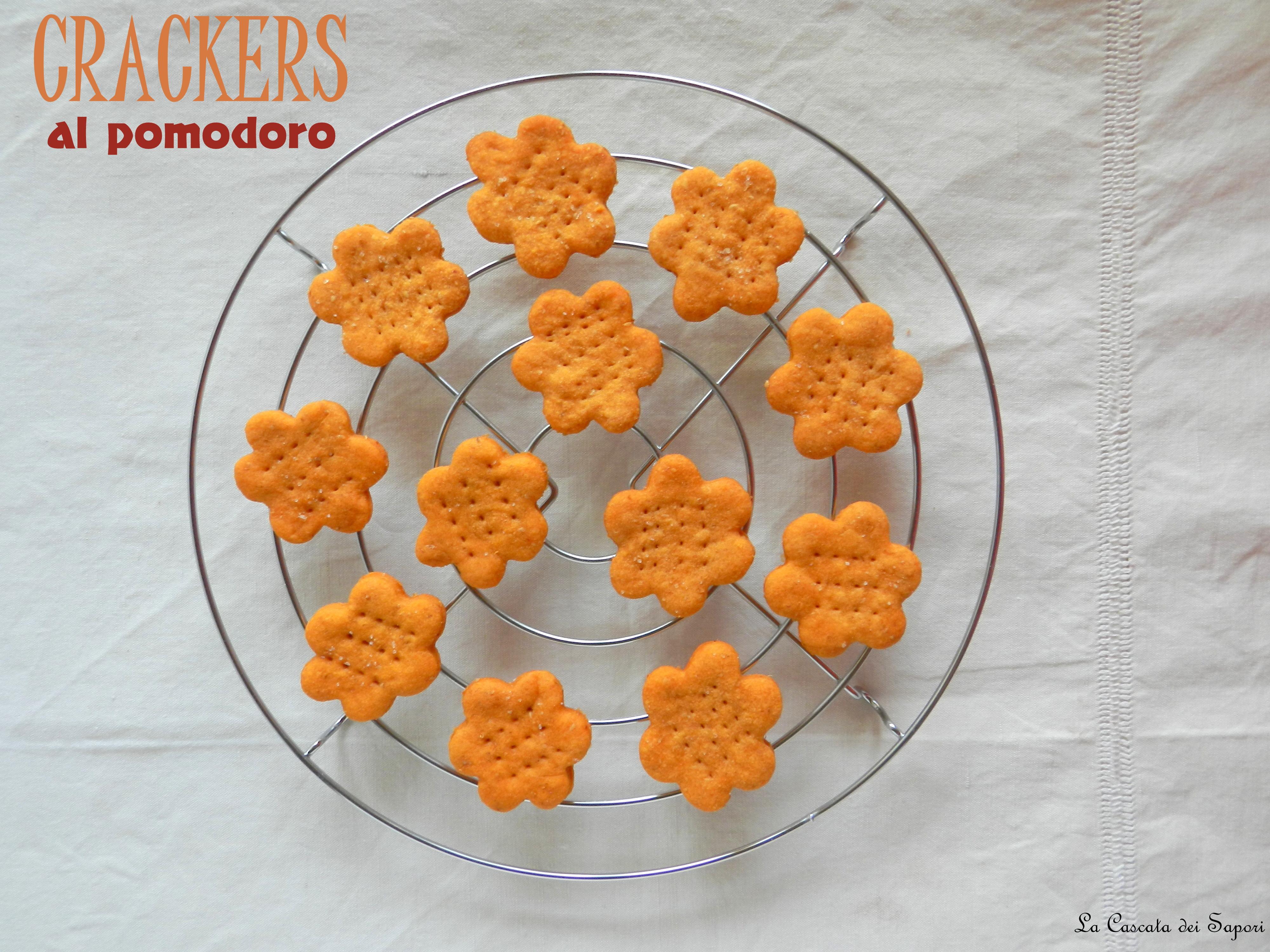 Crackers al pomodoro con crema di caprino fresco e basilico