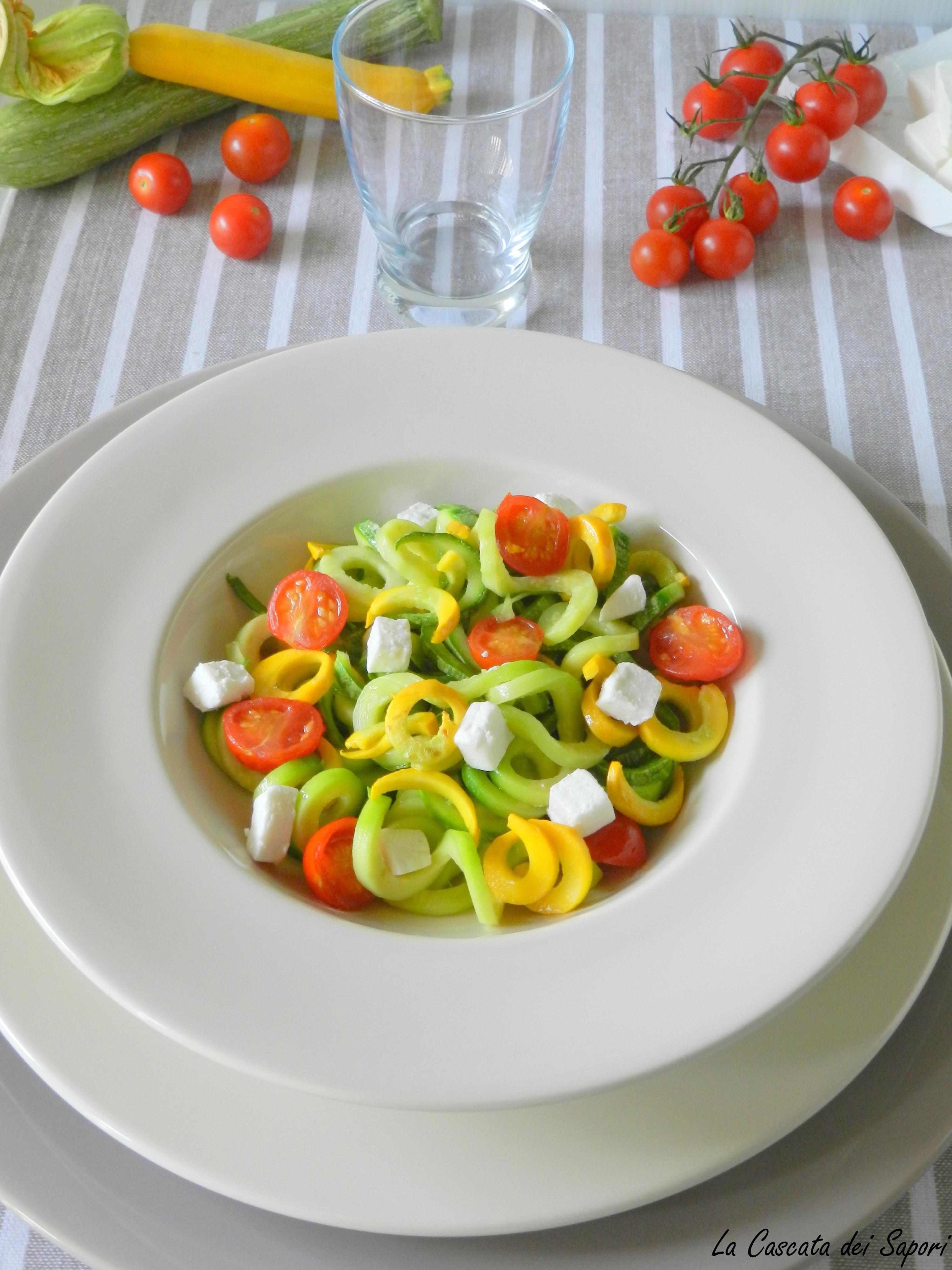 Spaghetti di zucchine con pomodorini e caprino fresco