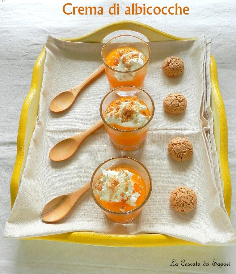 Preparazione: Lavate le albicocche, dividetele a metà, eliminate il nocciolo e tagliatele a pezzetti. Spremete e filtrate il succo del limone e lasciatelo da parte. Mettete in una casseruola sul fuoco basso lo zucchero di canna, il succo del limone e l'acqua e portate a ebollizione il tempo necessario per sciogliere completamente lo zucchero. Unite le albicocche e ricoprite a filo con l'acqua. Mescolate e riportate a ebollizione. Coprite con il coperchio e proseguite la cottura per 20 minuti a fuoco basso. Alla fine di questo passaggio, aggiungete il miele e mescolate bene. Fate raffreddare la composta, successivamente potete scegliere di lasciarla spessa e con qualche pezzetto oppure frullarla nel mixer. Distribuite la crema di albicocche in bicchierini monoporzione e riponetela in frigorifero a raffreddare per almeno un paio d'ore. Tritate finemente gli amaretti, montate la panna fresca e decorate a piacere la crema di albicocche.