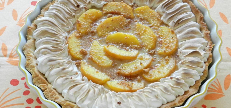 Crostata alla crema di amaretti con pesche e meringa