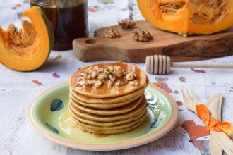 Pancakes alla zucca con miele e noci