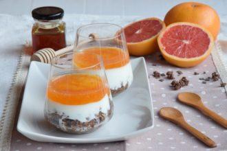 Bicchieri di Yogurt e miele con purea al pompelmo