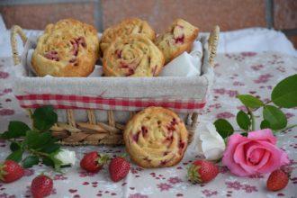 Le mie Tortine Soffici ai petali di Rosa e Fragole per Il Club del 27