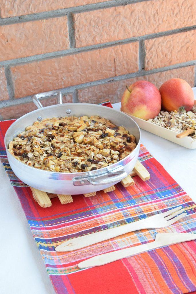 Biscotto in padella con mele, avena e melassa