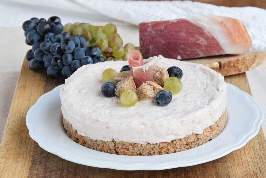 Cheesecake Salata al Prosciutto Crudo DOP della Valle d'Aosta e Pane Nero di Segale