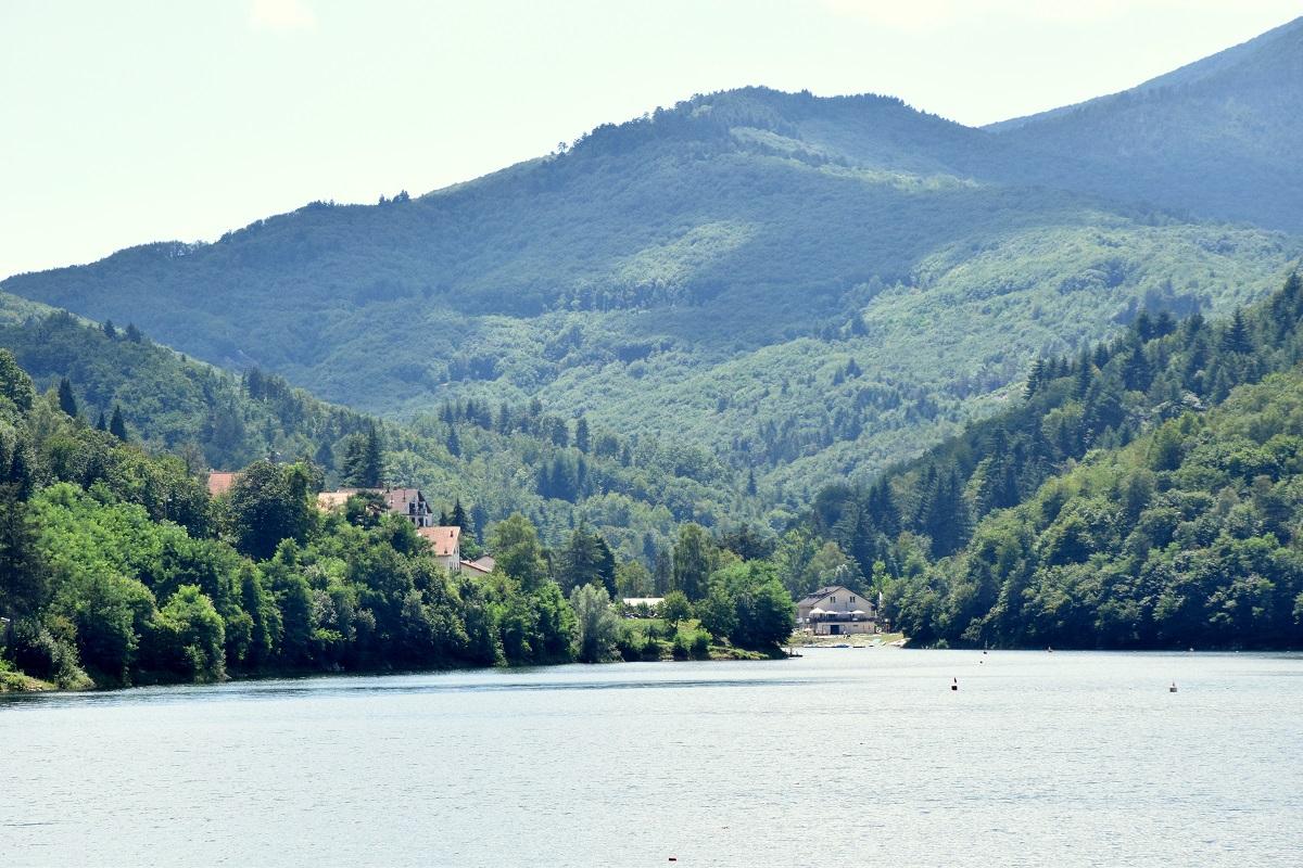 Lago di Osiglia. Picnic al lago artificiale nella Val Bormida in Liguria
