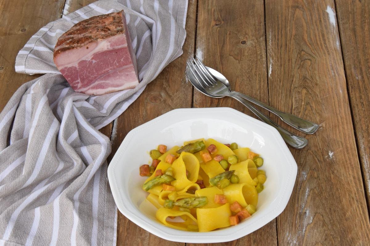 Mezzi Paccheri allo Zafferano con Asparagi e Speck Cotto