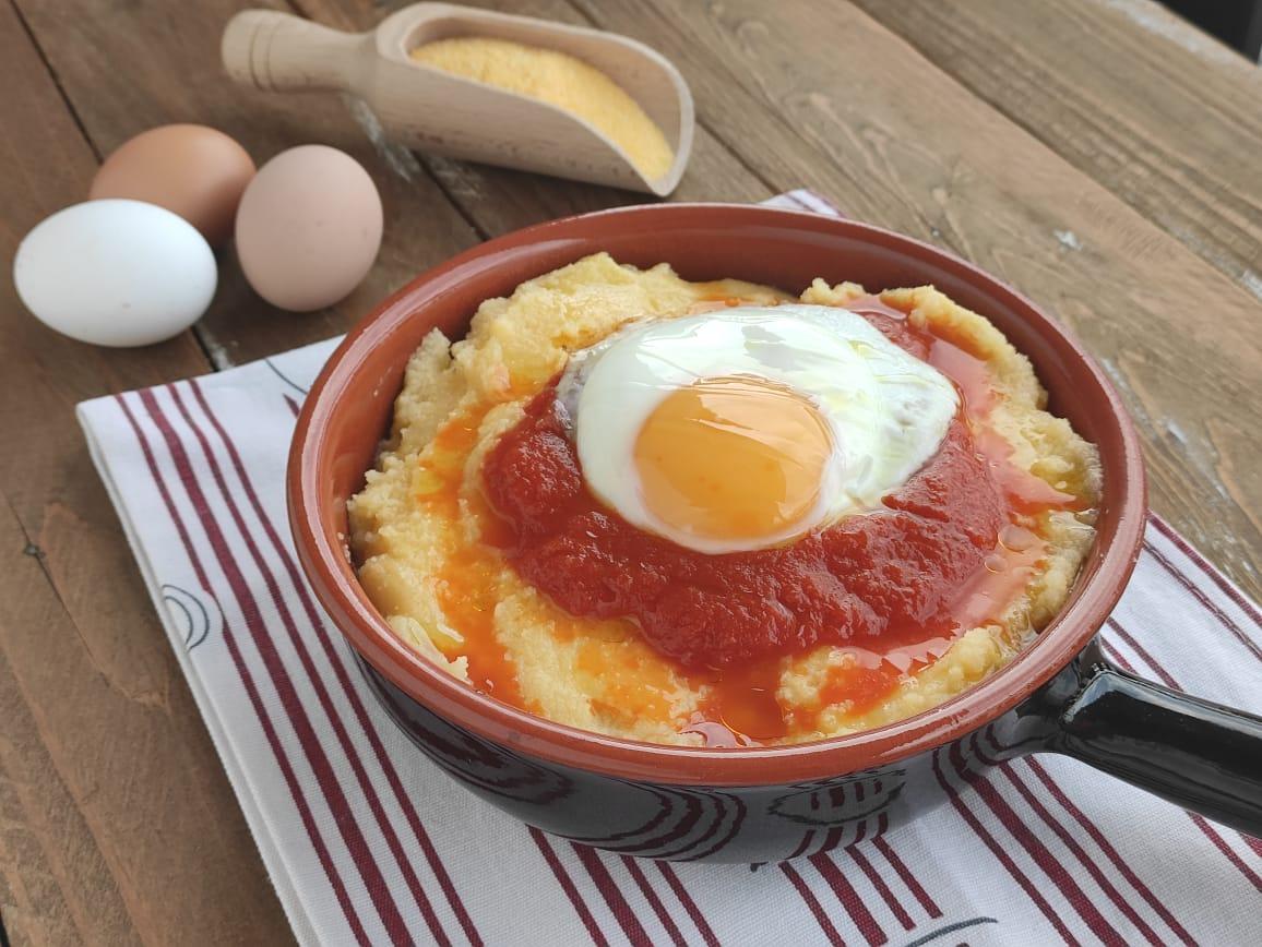 Polenta con Sugo di pomodoro e Uova per l'Italia nel Piatto