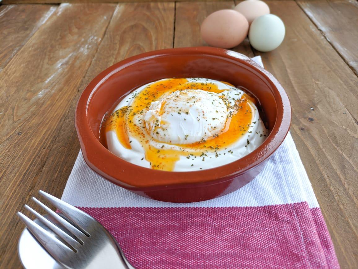 Çilbir: le Uova in Camicia con Yogurt all'Aglio per Il Club del 27 – Ricetta Turca