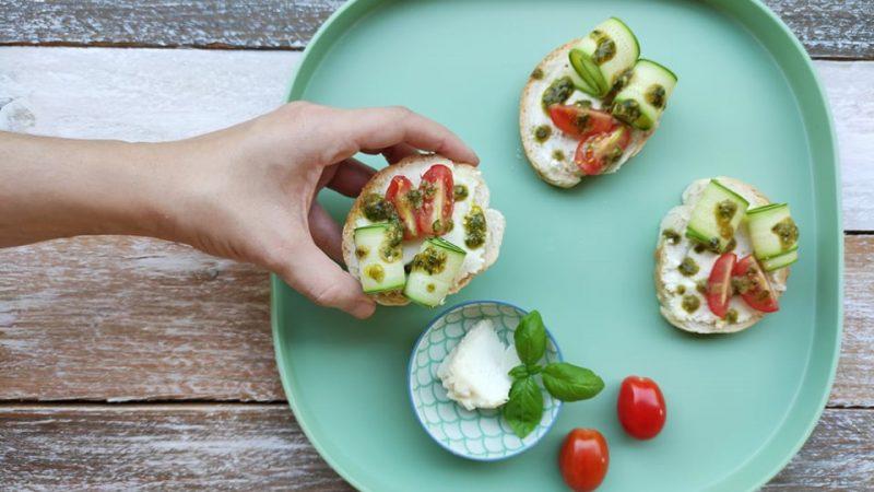 Bruschette con Robiola, Zucchine, Datterini e Pesto di basilico e prezzemolo per L'Italia nel Piatto